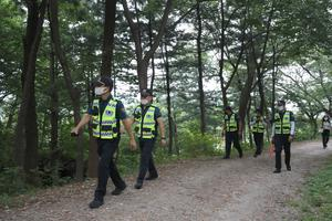 Police officers search for missing Seoul mayor Park Won-soon (Kim Ju-sung/Yonhap/AP)