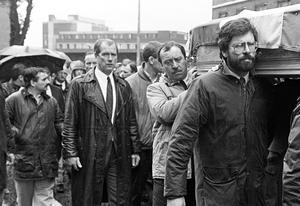 """PACEMAKER BELFAST    ARCHIVE Alfredo """"Freddie"""" Scappaticci (extreme left of picture/side faced) pictured at the 1988 funeral of IRA man Brendan Davison. Gerry Adams is pictured carrying the coffin. Scappaticci was later named as 'Stakeknife' the Army's top informer/mole inside the IRA.   PICTURE COPYRIGHT:  PACEMAKER PRESS"""