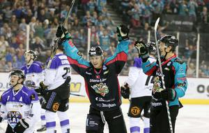 8  October 2016 - Picture by Darren Kidd / Press Eye.      Challenge Cup: Stena Line Belfast Giants v Braehead Clan at the SSE Arena Belfast.  Chris Higgins makes it 5 for the Belfast Giants during Saturday nights Challenge Cup game at the SSE Arena, Belfast.