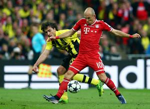 LONDON, ENGLAND - MAY 25:  Arjen Robben of Bayern Muenchen (R) in action with Mats Hummels of Borussia Dortmund during the UEFA Champions League final match between Borussia Dortmund and FC Bayern Muenchen at Wembley Stadium on May 25, 2013 in London, United Kingdom.  (Photo by Alex Grimm/Getty Images)