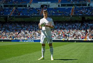 MADRID, SPAIN - SEPTEMBER 02:  Gareth Bale poses for photographs in his new Real Madrid shirt during his official unveiling at estadio Santiago Bernabeu on September 2, 2013 in Madrid, Spain.  (Photo by Denis Doyle/Getty Images)