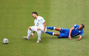 Giorgio Chiellini of Italy challenges Luis Suarez of Uruguay during the 2014 FIFA World Cup Brazil Group D match between Italy and Uruguay at Estadio das Dunas on June 24, 2014 in Natal, Brazil.  (Photo by Julian Finney/Getty Images)