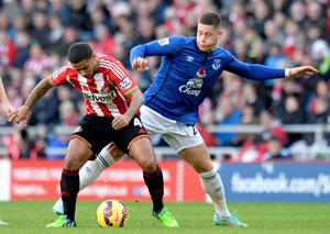 Everton's Ross Barkley (right) and Sunderland's Liam Bridcutt battle for the ball during the Barclays Premier League match at the Stadium of Light, Sunderland. Owen Humphreys/PA Wire.