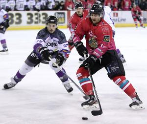 Belfast Giants forward Ben Lake evades Manchester Storm defenceman Mario Puskarich during Saturday night's game at the SSE Arena (William Cherry/Presseye)