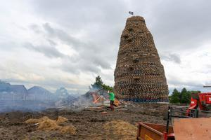 Press Eye - Northern Ireland - 10th July 2016  Ballymacash bonfire in Lisburn in the final stages of preparation for the 11th July celebrations.  Picture: Philip Magowan / PressEye