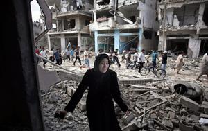 A Palestinian woman reacts after seeing her destroyed house during a 12-hour cease-fire in Gaza City's Shijaiyah neighborhood, Saturday, July 26, 2014.  (AP Photo/Khalil Hamra)