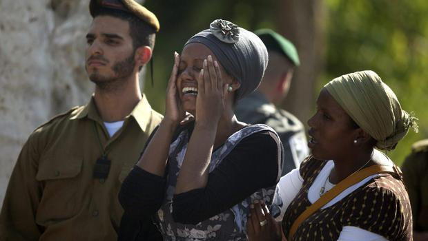 Family members and friends of Israeli soldier Moshe Malko mourn and cry during his funeral on July 21, 2014 in Jerusalem, Israel.   (Photo by Lior Mizrahi/Getty Images)