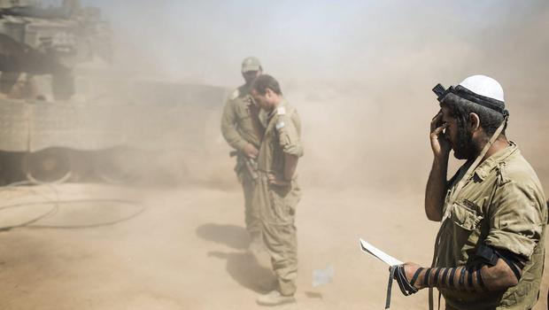 Israeli soldiers pray near the Israeli Gaza  border as the 24 hour ceasefire begins on July 27, 2014 on the Israeli/Gaza border, Israel. (Photo by Ilia Yefimovich/Getty Images)