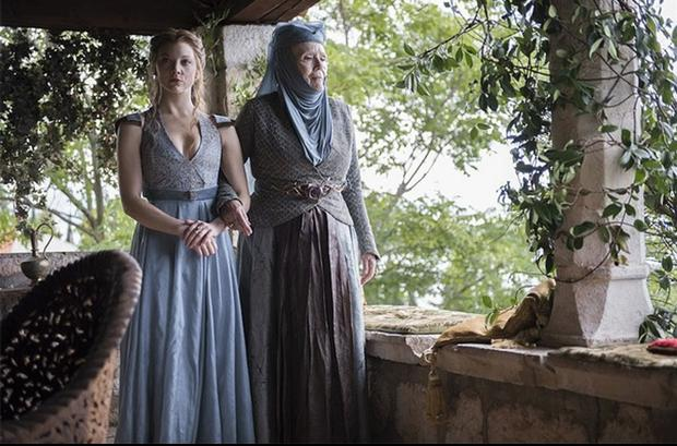 Game of Thrones Margaery and Olenna in the courtyard HBO