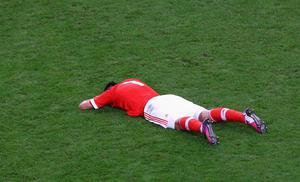 AMSTERDAM, NETHERLANDS - MAY 15:  A dejected Oscar Cardozo of Benfica lies on the pitch after defeat during the UEFA Europa League Final between SL Benfica and Chelsea FC at Amsterdam Arena on May 15, 2013 in Amsterdam, Netherlands.  (Photo by Christof Koepsel/Getty Images)