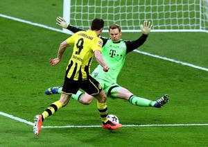 LONDON, ENGLAND - MAY 25:  Robert Lewandowski of Borussia Dortmund attempts a shot past Manuel Neuer of Bayern Muenchen during the UEFA Champions League final match between Borussia Dortmund and FC Bayern Muenchen at Wembley Stadium on May 25, 2013 in London, United Kingdom.  (Photo by Martin Rose/Getty Images)
