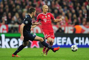 MUNICH, GERMANY - APRIL 09: Arjen Robben of Bayern Muenchen is closed down by Michael Carrick of Manchester United during the UEFA Champions League Quarter Final second leg match between FC Bayern Muenchen and Manchester United at Allianz Arena on April 9, 2014 in Munich, Germany.  (Photo by Shaun Botterill/Getty Images)