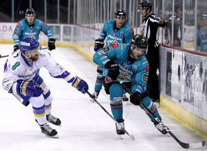 Belfast Giants winger Bobby Farnham with Fife Flyers' Bari McKenzie during Friday night's Elite League game at the SSE Arena (William Cherry/Presseye)