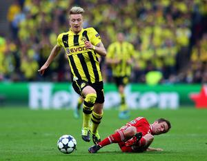LONDON, ENGLAND - MAY 25:  Marco Reus of Borussia Dortmund (L) in action with Philipp Lahm of Bayern Muenchen during the UEFA Champions League final match between Borussia Dortmund and FC Bayern Muenchen at Wembley Stadium on May 25, 2013 in London, United Kingdom.  (Photo by Alex Livesey/Getty Images)