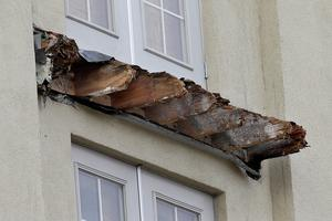 The remaining wood from the Library Gardens apartment building balcony that collapsed is shown in Berkeley (AP Photo/Jeff Chiu)