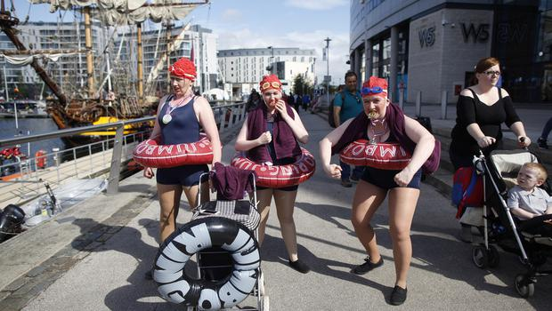 Circus artist's entratain people during the  Maritime festival in Belfast. Pic by Peter Morrison