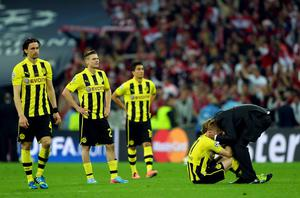 LONDON, ENGLAND - MAY 25:  Head Coach Jurgen Klopp of Borussia Dortmund (R) consoles his players after losing the UEFA Champions League final against Borussia Dortmund at Wembley Stadium on May 25, 2013 in London, United Kingdom.  (Photo by Laurence Griffiths/Getty Images)