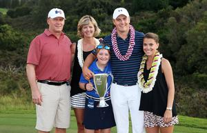 LAHAINA, HI - JANUARY 10:  Jordan Spieth poses on the 18th green with his mom Chris, father Shawn, sister Ellie and girlfriend Annie Verret after winning the final round of the Hyundai Tournament of Champions at the Plantation Course at Kapalua Golf Club on January 10, 2016 in Lahaina, Hawaii.  (Photo by Sam Greenwood/Getty Images)