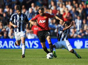 WEST BROMWICH, ENGLAND - MAY 19:  Ryan Giggs of Manchester United takes on Claudio Yacob (L) and Youssuf Mulumbu of West Bromwich Albion during the Barclays Premier League match between West Bromwich Albion and Manchester United at The Hawthorns on May 19, 2013 in West Bromwich, England.  (Photo by Richard Heathcote/Getty Images)