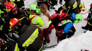 A handout picture released on January 20, 2017 by the Vigili del Fuoco shows a woman being rescued from the Hotel Rigopiano, near the village of Farindola, on the eastern lower slopes of the Gran Sasso mountain, engulfed by a powerful avalanche a day before.  AFP PHOTO / VIGILI DEL FUOCO