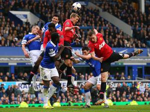 LIVERPOOL, ENGLAND - APRIL 20:  Phil Jones, Darren Fletcher and Danny Welbeck of Manchester United compete for the ball with Antolin Alcaraz, Leon Osman and Romelu Lukaku of Everton during the Barclays Premier League match between Everton and Manchester United at Goodison Park on April 20, 2014 in Liverpool, England.  (Photo by Alex Livesey/Getty Images)