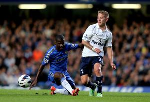 LONDON, ENGLAND - MAY 08:  Lewis Holtby of Spurs passes the ball under pressure from Ramires of Chelsea during the Barclays Premier League match between Chelsea and Tottenham Hotspur at Stamford Bridge on May 8, 2013 in London, England.  (Photo by Ian Walton/Getty Images)