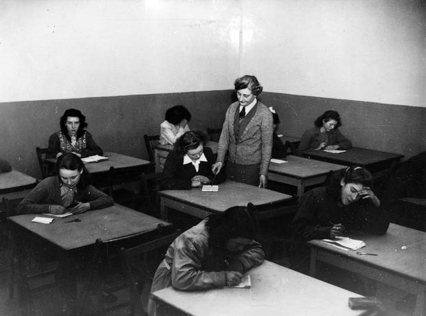 Weaving and winding training school at Ewart's factory. Pupils at work in the classroom. 29/1/1948