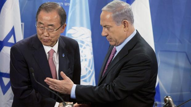 TEL AVIV, ISRAEL - JULY 22: (ISRAEL OUT) Secretary General of The United Nations Ban Ki- Moon (L) and Israel Prime Minister Benjamin Netanyahu shake hands after a press conference on July 22, 2014 in Tel Aviv, Israel. As operation 'Protective Edge' enters the third week, death tolls continues to mount, with 27 Israeli soldiers dead and over 500 people killed in Gaza, the vast majority being civilians.  (Photo by Lior Mizrahi/Getty Images)