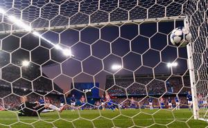 MADRID, SPAIN - APRIL 12: Antoine Griezmann of Atletico Madrid scores the opening goal of the game from the penalty spot during the UEFA Champions League Quarter Final first leg match between Club Atletico de Madrid and Leicester City at Vicente Calderon Stadium on April 12, 2017 in Madrid, Spain.  (Photo by David Ramos/Getty Images)