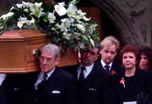 Cilla Black leaves the St. Mary the Virgin Church in Denham, Buckinghamshire, with her son Ben (second right) following the funeral of her husband Bobby Willis in 1999 after a battle with liver and lung cancer, aged 57. Cilla Black has died at her home in the south of Spain, according to reports.  PRESS ASSOCIATION Photo. Issue date: Sunday August 2, 2015. See PA story DEATH Black. Photo credit should read: Toby Melville/PA Wire
