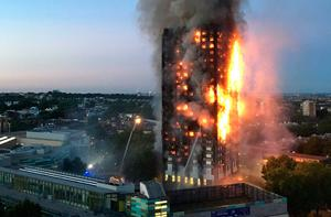 This handout image received by local resident Natalie Oxford early on June 14, 2017 shows flames and smoke coming from a 27-storey block of flats after a fire broke out in west London. The fire brigade said 40 fire engines and 200 firefighters had been called to the blaze in Grenfell Tower, which has 120 flats. / AFP PHOTO / Natalie Oxford / Natalie OXFORD /