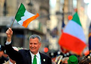 New York City  Mayor Bill de Blasio waves on 5th Avenue during the 255th New York City St Patrick's Day Parade on March 17, 2016. / AFP PHOTO/AFP/Getty Images