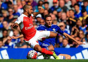 """Arsenal's Theo Walcott (left) and Chelsea's Nemanja Matic battle for the ball during the Barclays Premier League match at Stamford Bridge, London. PRESS ASSOCIATION Photo. Picture date: Saturday September 19, 2015. See PA story SOCCER Chelsea. Photo credit should read: John Walton/PA Wire. RESTRICTIONS: EDITORIAL USE ONLY No use with unauthorised audio, video, data, fixture lists, club/league logos or """"live"""" services. Online in-match use limited to 45 images, no video emulation. No use in betting, games or single club/league/player publications."""