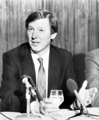File photo dated 07/11/1986 of Manchester United's new manager Alex Ferguson (left) at a press conference at Old Trafford, with chairman Martin Edwards. PRESS ASSOCITAION Photo. Issue date: Wednesday May 8, 2013. Sir Alex Ferguson will retire at the end of this season, Manchester United have announced. See PA Story SOCCER Man Utd. Photo credit should read: PA Wire.