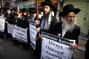 Jewish protesters take part in a 'Stop the War Coalition' demonstration outside the Israeli Embassy on August 1, 2014 in London, England.  (Photo by Oli Scarff/Getty Images)