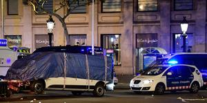 """The van who ploughed into the crowd, killing at least 13 people and injuring around 100 others is towed away from the Rambla in Barcelona on August 18, 2017. A driver deliberately rammed a van into a crowd on Barcelona's most popular street on August 17, 2017 killing at least 13 people before fleeing to a nearby bar, police said.  Officers in Spain's second-largest city said the ramming on Las Ramblas was a """"terrorist attack"""". The driver of a van that mowed into a packed street in Barcelona is still on the run, Spanish police said. / AFP PHOTO / JAVIER SORIANOJAVIER SORIANO/AFP/Getty Images"""