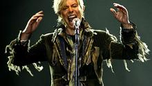 """David Bowie performs in a concert during his worldwide tour called """"A Reality Tour"""" at T-mobile arena in Prague, June 23, 2004.  REUTERS/David W Cerny...E"""