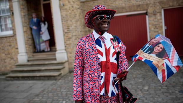 TOPSHOT - Royal fan Joseph Afrane waits near the proposed route of the carriage procession of Britain's Prince Harry and US actress Meghan Markle, in Windsor on May 17, 2018, two days before the Royal wedding.  Britain's Prince Harry and US actress Meghan Markle will marry on May 19 at St George's Chapel in Windsor Castle. / AFP PHOTO / OLI SCARFFOLI SCARFF/AFP/Getty Images