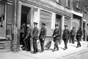 RIOTS: BELFAST 1922. Police searching a house in Library Street, Belfast. 03/06/22. 1922-163.