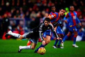 LONDON, ENGLAND - JANUARY 03:  Oscar of Chelsea battles for the ball with Scott Dann of Crystal Palace during the Barclays Premier League match between Crystal Palace and Chelsea at Selhurst Park on January 3, 2016 in London, England.  (Photo by Ian Walton/Getty Images)