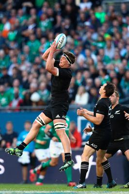 CHICAGO, IL - NOVEMBER 05:  Scott Barrett of the New Zealand All Blacks takes a catch during the international match between Ireland and New Zealand at Soldier Field on November 5, 2016 in Chicago, United States.  (Photo by Phil Walter/Getty Images)