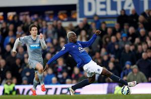 Everton's Arouna Kone stretches to reach the ball during the Barclays Premier League match at Goodison Park, Liverpool. Lynne Cameron/PA Wire.