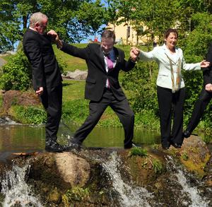 PACEMAKER BELFAST 11/5/09 Sinn Fein President Gerry Adams takes a plunge at the partys photocall in the Water Works in North Belfast. As the partys European Election candidate Barbrie de Bruin (centre) posed for the cameras with party colleagues, Mr Adams was saved by his deputy Martin McGuinness, doing his David Hasselhoff impersonation. Photo Arthur Allison/Pacemaker Press