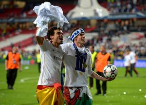 LISBON, PORTUGAL - MAY 24:  Pepe of Real Madrid and Gareth Bale of Real Madrid celebrate victory in the UEFA Champions League Final between Real Madrid and Atletico de Madrid at Estadio da Luz on May 24, 2014 in Lisbon, Portugal.  (Photo by Michael Regan/Getty Images)