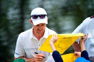 AUGUSTA, GEORGIA - APRIL 06:  Justin Rose of England signs autographs during the Par 3 Contest prior to the start of the 2016 Masters Tournament at Augusta National Golf Club on April 6, 2016 in Augusta, Georgia.  (Photo by Harry How/Getty Images)