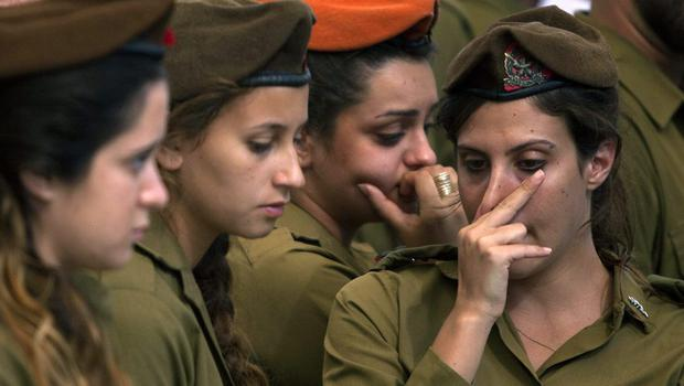 Israeli soldiers mourn during the funeral of  Israeli soldier Moshe Malko on July 21, 2014 in Jerusalem, Israel. (Photo by Lior Mizrahi/Getty Images)