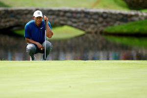 Tiger Woods lines up a putt on the 16th green during World Golf Championships-Bridgestone Invitational - Round One at Firestone Country Club South Course on August 2, 2018 in Akron, Ohio. (Photo by Dylan Buell/Getty Images)