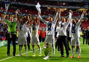 LISBON, PORTUGAL - MAY 24:  Cristiano Ronaldo of Real Madrid (C) leads the celebration after the UEFA Champions League Final between Real Madrid and Atletico de Madrid at Estadio da Luz on May 24, 2014 in Lisbon, Portugal.  (Photo by Laurence Griffiths/Getty Images)
