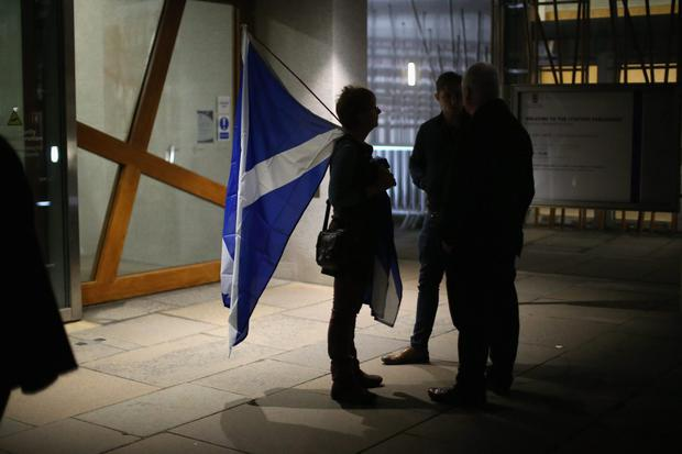 People wait for a result outside the Scottish Parliament as voting in the referendum continues on September 18, 2014 in Edinburgh, Scotland.  (Photo by Christopher Furlong/Getty Images)