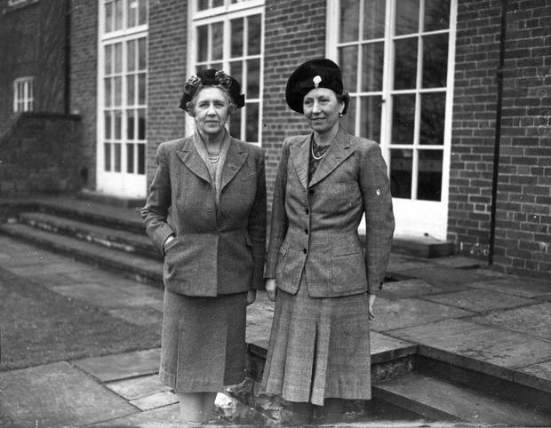Lady Carson, widow of Lord Carson of Duncairn, and Lady Brooke, at Stormont House.  17/2/1948